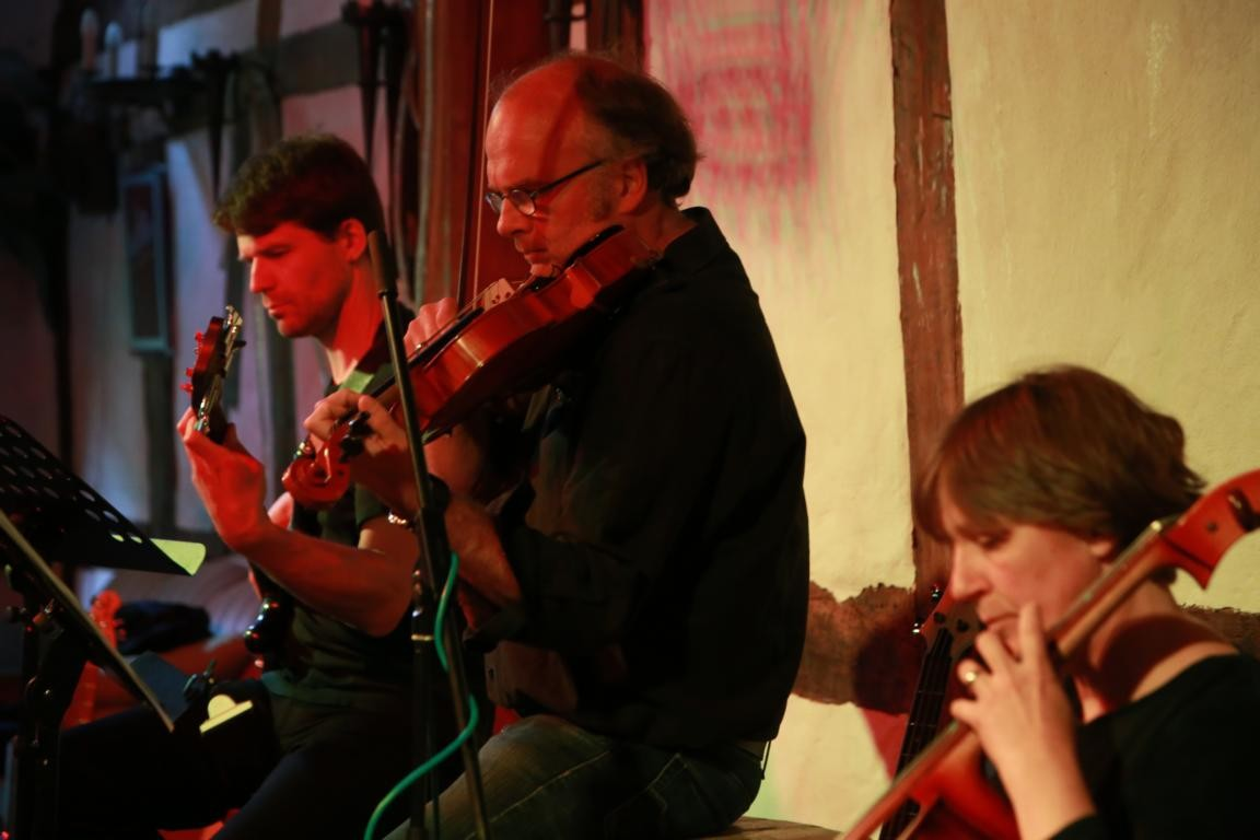 v.l.n.r. Martin Biedermann (Bass), Tilman Wittkopf (Viola), Ina Wittkopff (© Stefan Höntzsch)