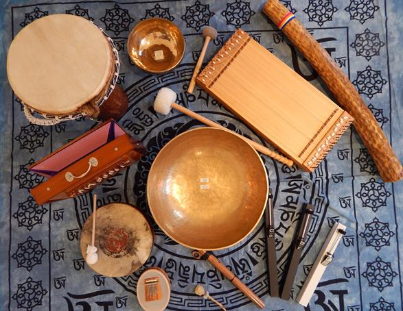 Djembe, Shrutibox, Rainstick, Malmark Klangstäbe, tibetische Klangschalen, Rahmentrommel, Sansula (Kalimba)