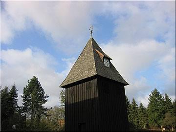Die Undeloher Kirche ganz traditionell mit Lärchenschindeln gedeckt