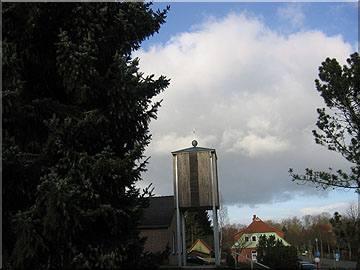 Glockenturm der katholischen Kirche in Egestorf mit einer Metalldeckung aus Zink  und einer Zierkugel mit einem Kreuz