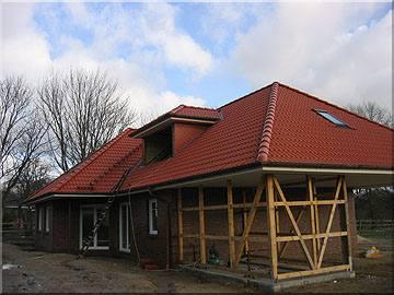 Neubau in Egestorf mit ziegelroten Harzer Pfannen und Wandverkleidung an der Gaube