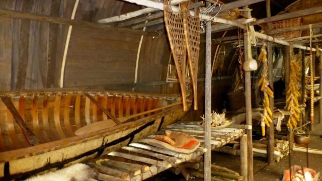 """Kulturbereich """"Nordöstliches Waldland""""   Ein originales 17 Fuss Birkenrindenkanu der A´nish´nabe (Ojibway), ausgestellt in einem Huronen Langhaus   COPYRIGHT: Thomas Merbt"""