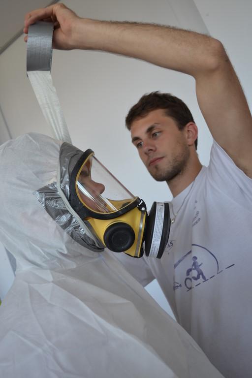 Sas-man scotchant les masques des opérateurs