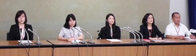 左から東京訴訟原告の望月瑠菜さん、酒井七海さん(全国原告団代表)、久永奈央さん(2018/06/14 厚生労働省記者クラブ)