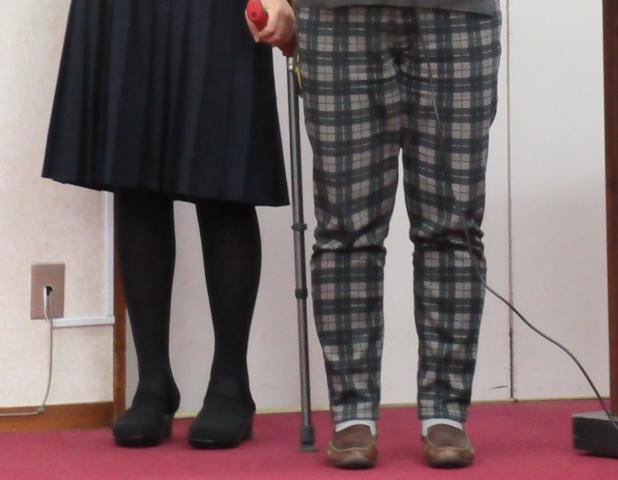 報告集会で挨拶する17番さん(左)と母
