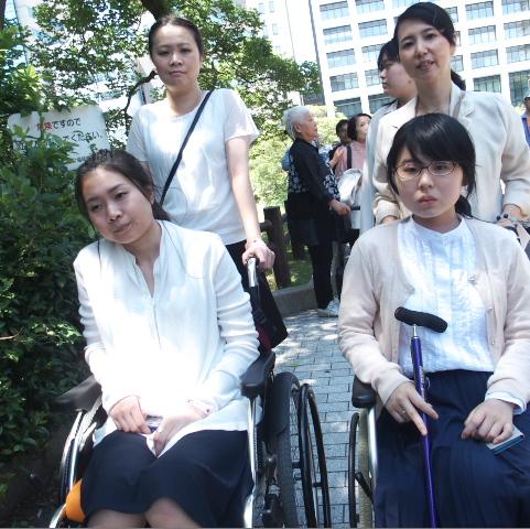 入廷する九州原告1番の梅本美有さん(右下)