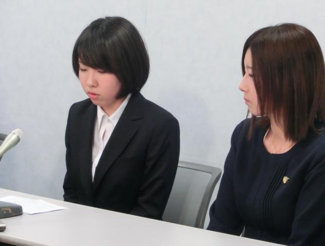 (左)記者会見で発言する原告18番さん