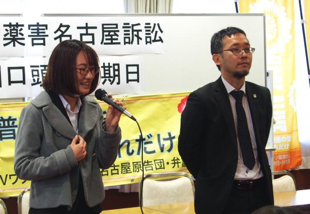 大阪弁護団の脇山美春弁護士(左)