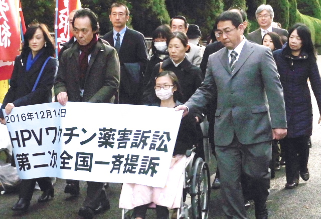 東京地裁に向かう原告団・弁護団