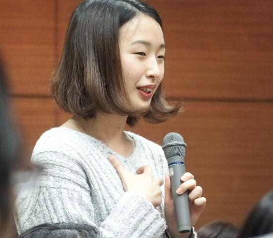 報告集会後の茶話会で意見陳述の感想を語る金澤佑華さん
