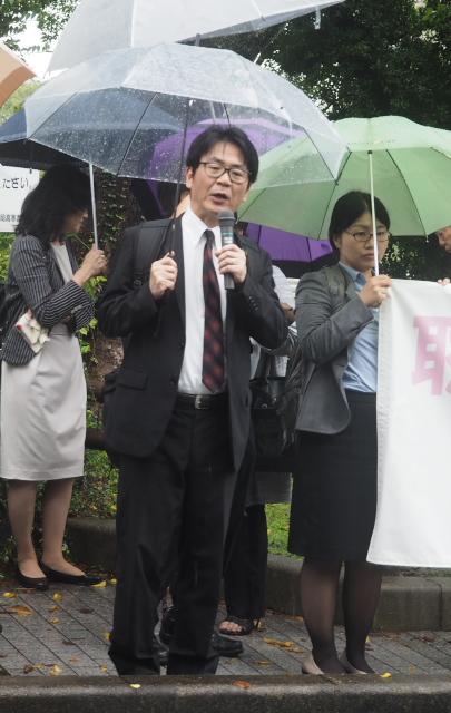 裁判所前集会で挨拶する九州弁護団小林洋二代表