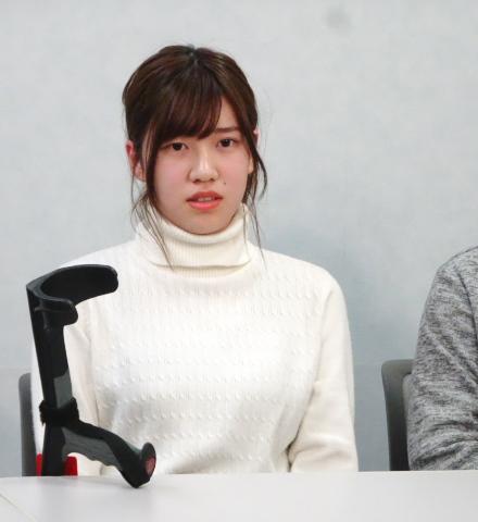 記者会見に臨む大阪原告1番の谷口結衣さん