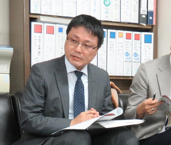 記者に説明する川瀬裕久弁護士