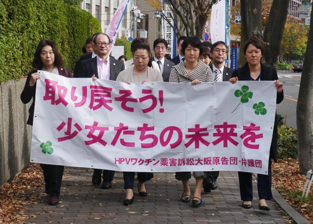 大阪地裁に入廷する原告団と弁護団