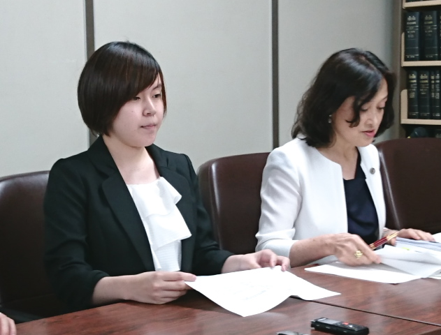 意見陳述後の記者会見に臨む望月瑠菜さん(左)