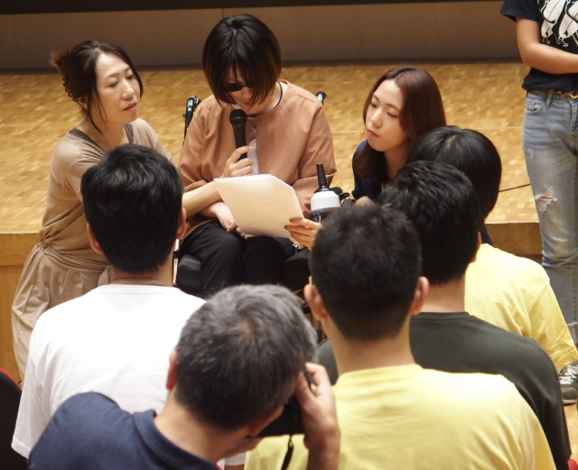 後列中央:家族に支えられながら副反応被害の苦しさを語る平原沙奈さん(東京原告9番)