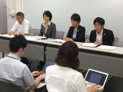 山西大阪弁護団代表(左)とプレゼンテーション担当弁護士による記者会見