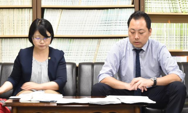 名古屋地裁司法記者クラブで文集を紹介する高岡伸匡名古屋弁護団事務局長(右)