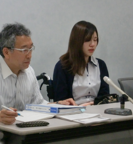 22番さんの会見に同席した大阪訴訟原告の谷口結衣さん(右)と山西美明全国弁護団共同代表