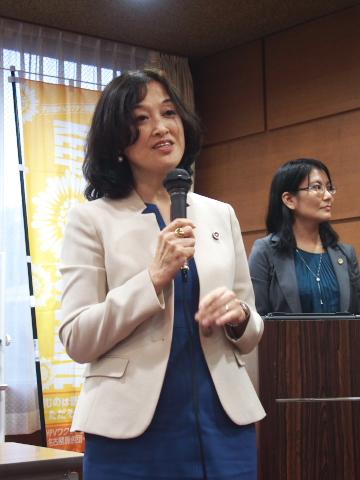 左:報告集会で疫学調査に関する被告らの主張の問題点を解説する水口真寿美弁護士(全国弁護団共同代表)