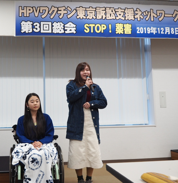 HPVワクチン薬害東京訴訟原告の望月瑠菜さん(右)