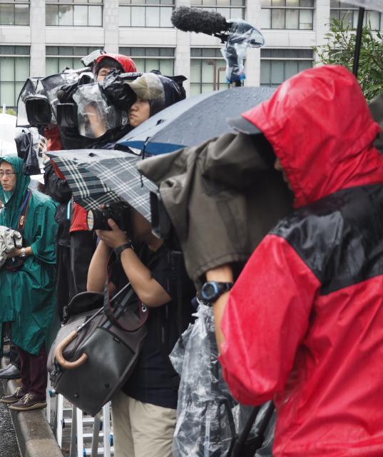 裁判所前に詰めかけた報道陣