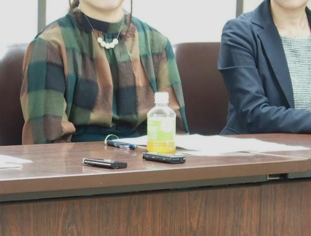 法廷での意見陳述を終え、記者会見に出席した東京原告45番さん(左)