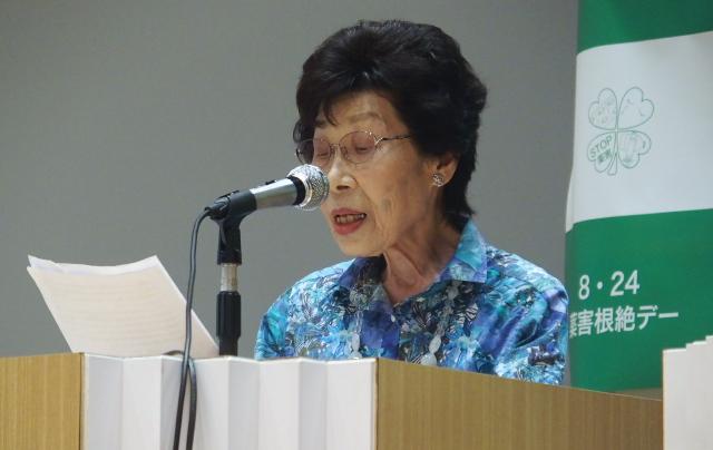薬害根絶『誓いの碑』の意義を説明する江口洋子さん