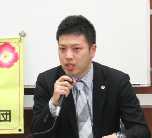 記者会見で法廷での陳述内容を説明する北川弁護士