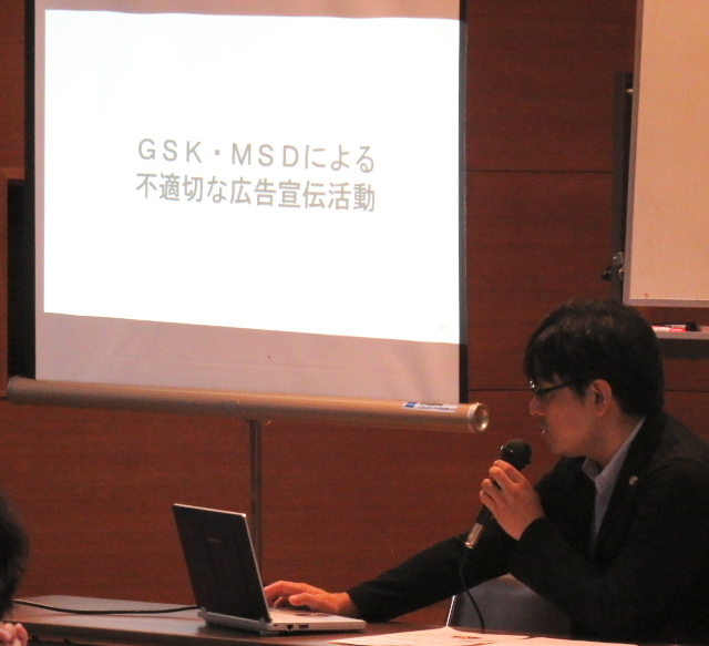 期日後の報告集会で上映したスライドの内容を解説する中根弁護士
