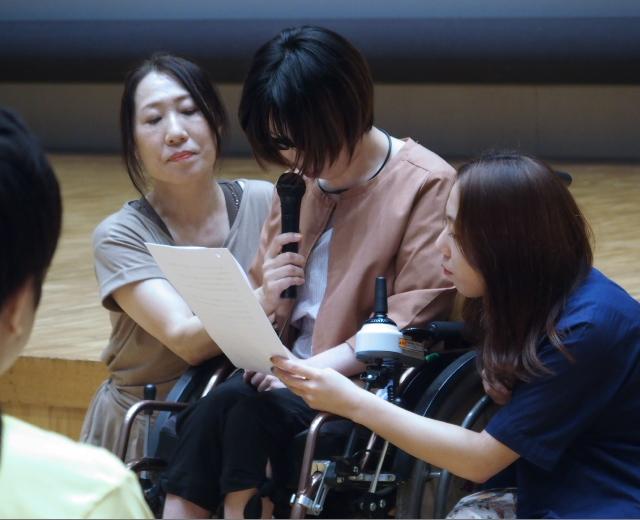 中央:前夜集会で被害者としての思いを語る平原沙奈さん(東京原告9番)