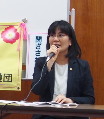 報告集会で因果関係書面の内容を解説する伊藤麻衣子弁護士
