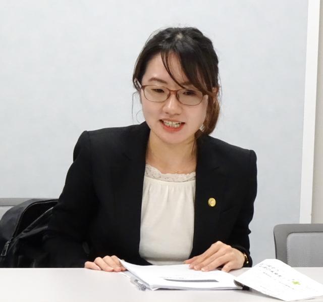 期日後の会見で法廷でのプレゼンテーションの内容を解説する脇山美春弁護士
