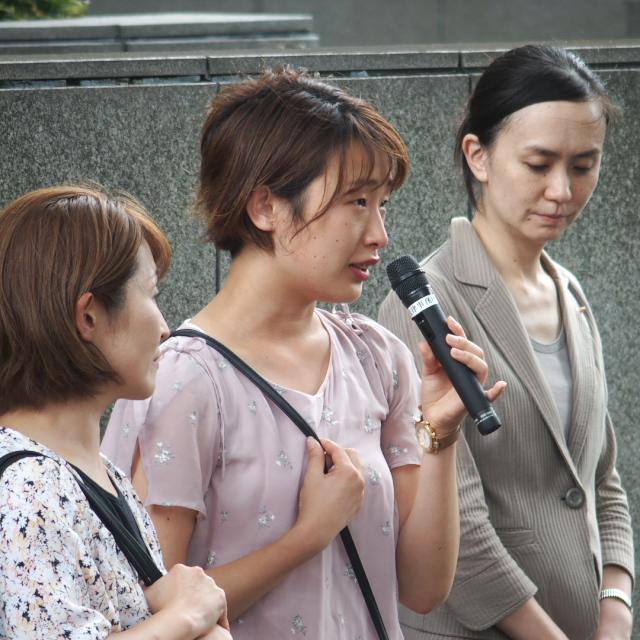 中央:期日前のリレートークで思いを伝える金澤佑華さん(東京訴訟原告)
