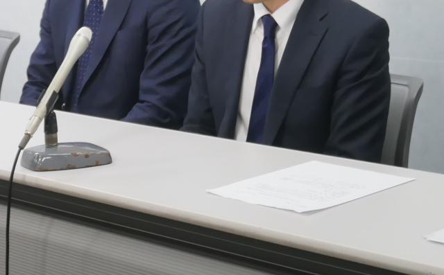 記者会見で発言する大阪原告8番さんの父(右)