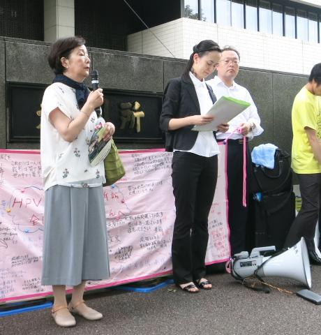 薬害肝炎原告の浅倉美津子さん(左)からの応援メッセージ