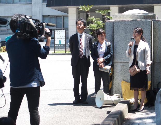裁判所前で支援を呼びかける九州原告団の梅本邦子代表