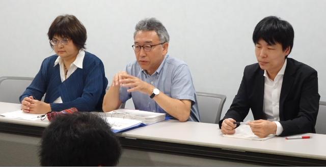 中央:会見で期日結果を報告する山西美明弁護士(HPVワクチン薬害訴訟全国弁護団共同代表)