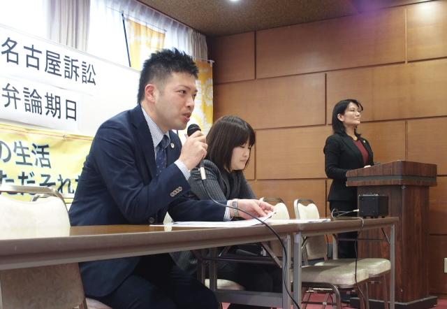 期日後の報告集会でプレゼン内容を解説する北川喜郎弁護士(手前)
