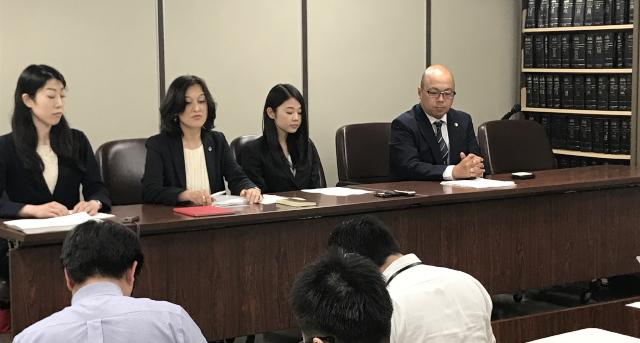 東京地裁内の司法記者クラブでの会見