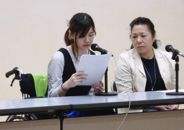大阪訴訟原告の谷口結衣さん(左)と児玉三紀子大阪原告団代表