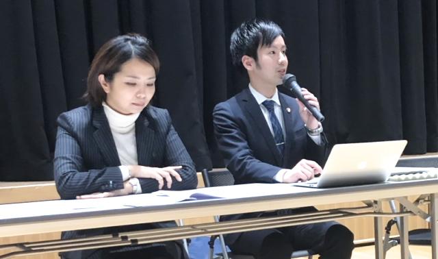 報告集会で法廷陳述内容を説明する島弁護士(右)