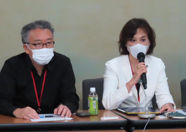 右:副反応検討部会の議論の不当性を解説する水口真寿美弁護士(全国弁護団共同代表)、左:山西美明弁護士(同)