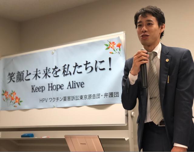 期日後の報告集会で意見陳述の内容を解説する大久保秀俊弁護士
