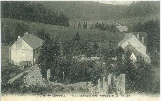 Meyriat: Ruines de l'abbaye et maisons des gardes, vue de la vallée
