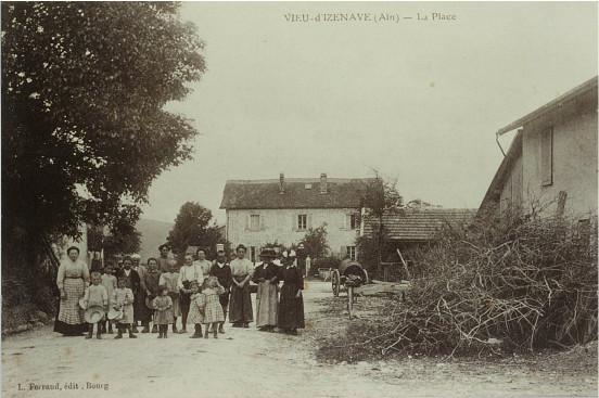 Vieu d'Izenave: Place de la Mairie-Ecole