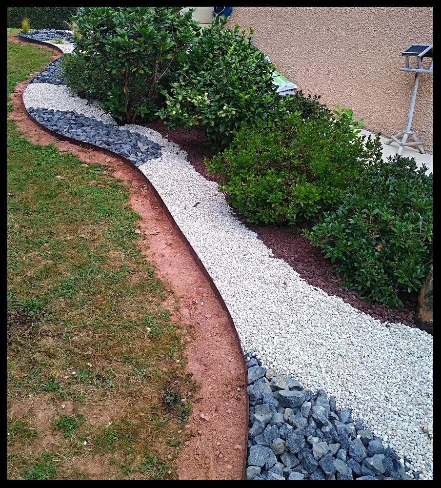 Joli courbe pour ce jardin minéral grace à ces bordure en acier