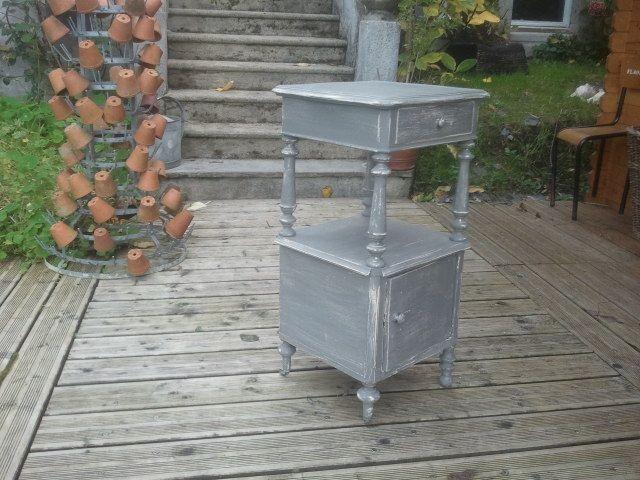 Table de nuit grise à roulettes (135 €)