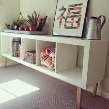 Un rangement original avec une étagère Expédit et des pieds en bois