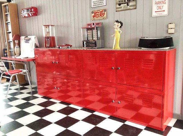 Un buffet américain avec 4 armoires métalliques Ikéa PS rouges